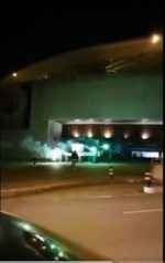 VIDEO: Adeptos do Sporting CP acendem tochas e cantam à porta do museu do FCP
